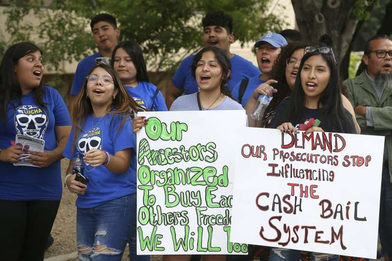 美國倡議團體呼籲取消高額的保釋金,讓許多因為輕罪遭到關押的黑人媽媽能夠在母親節回家與家人團聚。(美聯社)