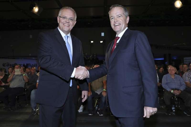 澳洲選舉:總理莫里森(左)與在野的工黨領袖蕭頓為爭取華裔選民支持,紛紛開設微信帳號(AP)