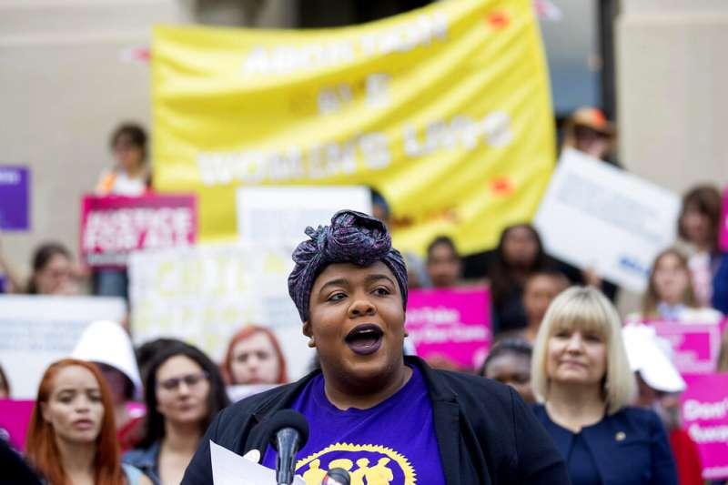 2019年5月7日,美國喬治亞州通過「心跳法案」,規定一旦檢測到胎兒心跳,婦女墮胎就會被視為非法。圖為場外抗議此法案的女權主義者。(AP)