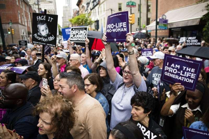 2019年5月7日,美國喬治亞州通過「心跳法案」,規定一旦檢測到胎兒心跳,婦女墮胎就會被視為非法。圖為場外支持此法案的民眾。(AP)