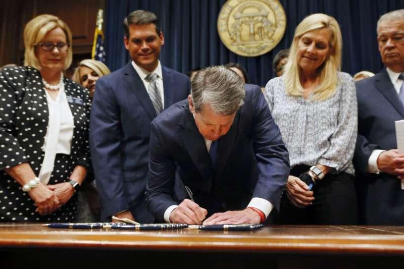 2019年5月7日,美國喬治亞州通過「心跳法案」,規定一旦檢測到胎兒心跳,婦女墮胎就會被視為非法。(AP)