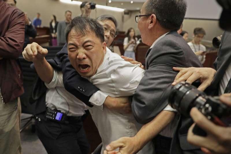 香港修改《逃犯條例》讓立法會議員打成一團,圖為民主派議員胡志偉(AP)