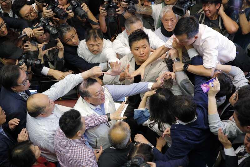 香港修改《逃犯條例》讓立法會議員打成一團(AP)