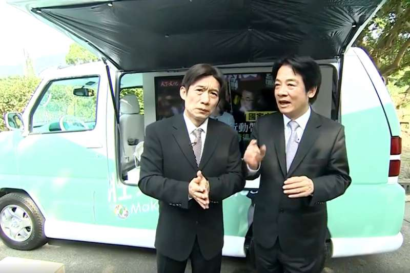 前行政院長賴清德(右)與藝人郭子乾(左)在臉書直播公布他的淺綠色「胖卡」。(截圖自臉書賴清德影片)