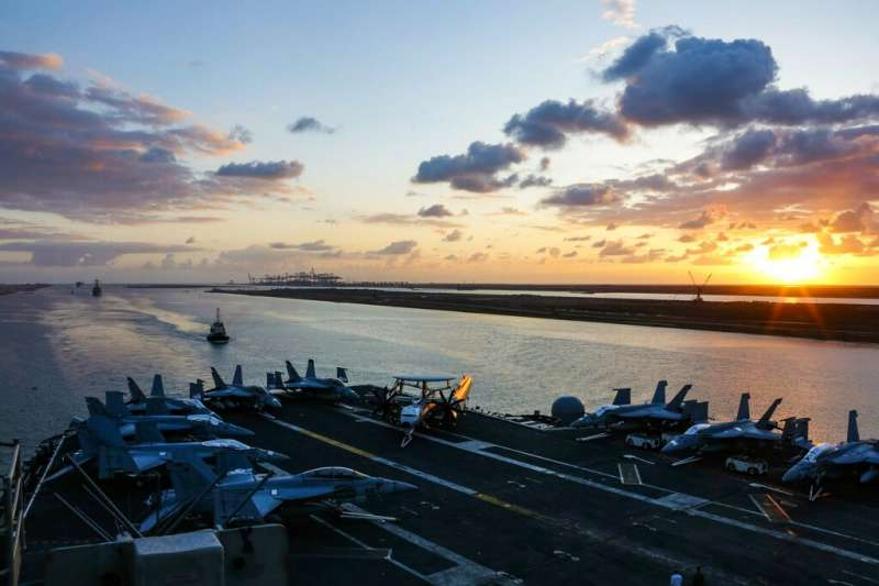 美軍林肯號航空母艦5月9日通過埃及的蘇伊士運河,準備趕往波斯灣部署。(美聯社)