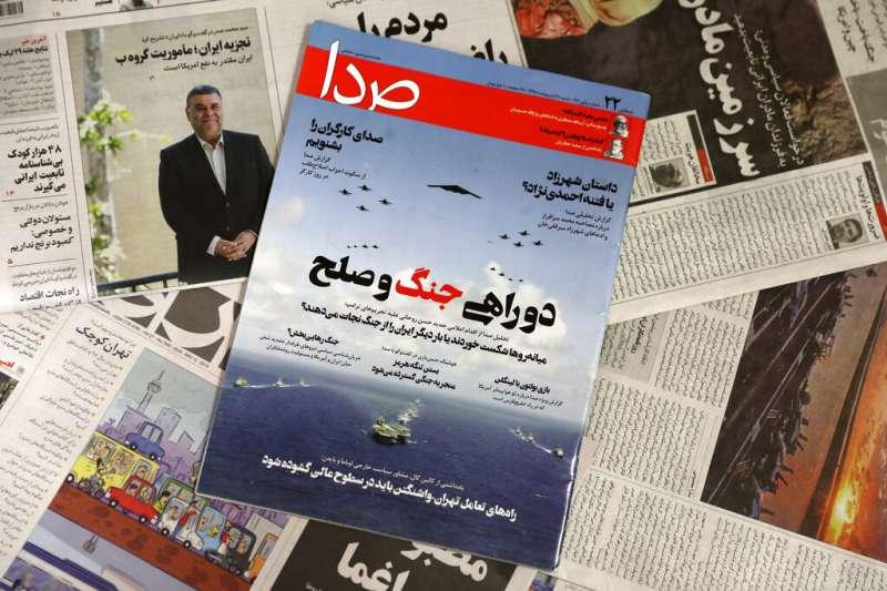 德黑蘭街頭的書報攤對美軍在波灣集結也相當關注。(美聯社)