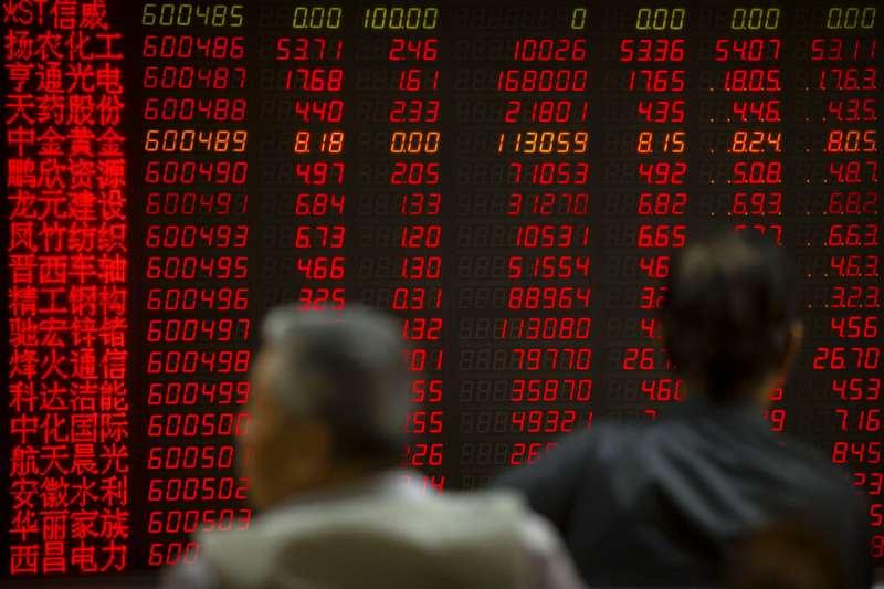 中國,中美貿易戰,正在北京看盤的中國股民。(美聯社)