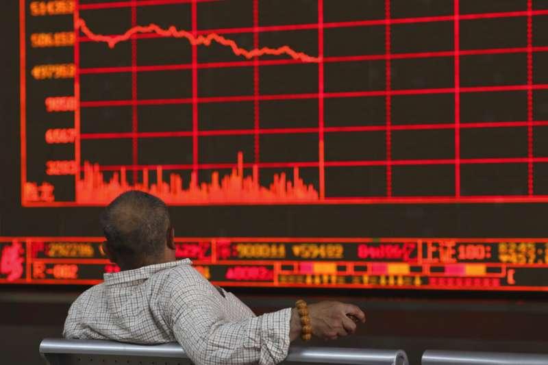正在北京看盤的中國股民。(美聯社)