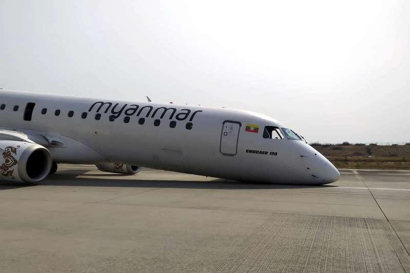 2019年5月12日,緬甸一架飛機前輪故障,駕駛員被迫只靠後輪與機鼻來滑行著陸,所幸無人受傷(AP)