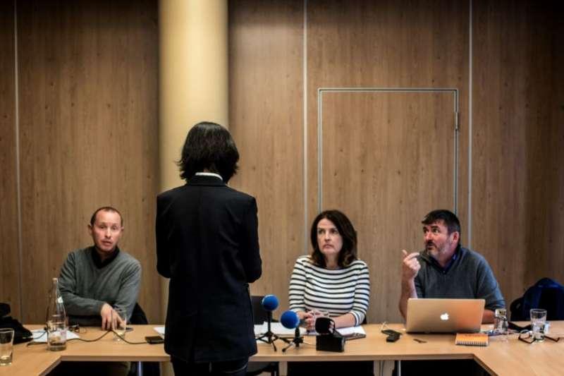 被中國國家監委扣押和調查的國際刑警組織主席孟宏偉的妻子格蕾絲・孟在法國里昂舉行記者會,她背對攝影機。(美國之音)