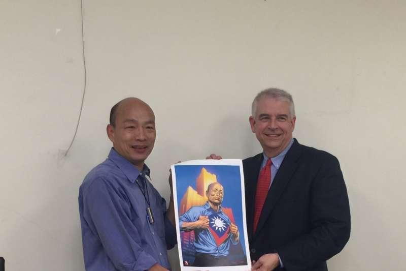高雄市長韓國瑜(圖左)13日透露,美國漫威公司要把他崛起的故事,畫成漫畫,卻被漫威官方打臉。(資料照,高雄市政府提供)