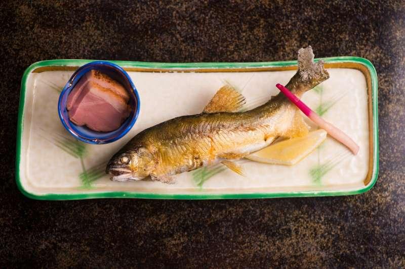 研究發現,一周吃四次魚類的人,比上不太吃魚的人而言,較少死在心臟疾病事故。(示意圖/pakutaso)