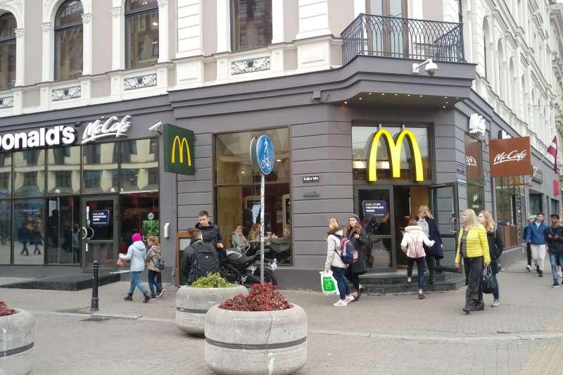 與自由紀念碑(The Freedom Monument)僅有一街之隔的麥當勞,也標誌著里加在波海地區的重要地位,因為,這是波羅的海第一家麥當勞。(圖/謝幸吟提供)