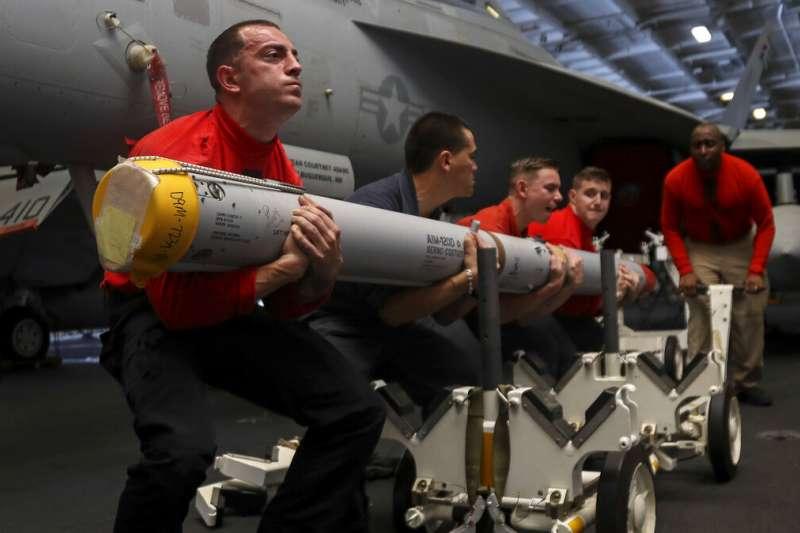 2019年5月,美國海軍航空母艦「林肯號」率航母打擊群前往波斯灣,應對伊朗的「軍事威脅」,圖為艦上美軍搬運飛彈(AP)