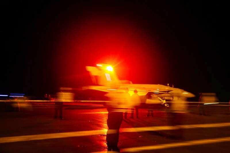 2019年5月,美國海軍航空母艦「林肯號」率航母打擊群前往波斯灣,應對伊朗的「軍事威脅」,圖為F/A-18E/F超級大黃蜂(Super Hornet)戰機在艦上起降。(AP)