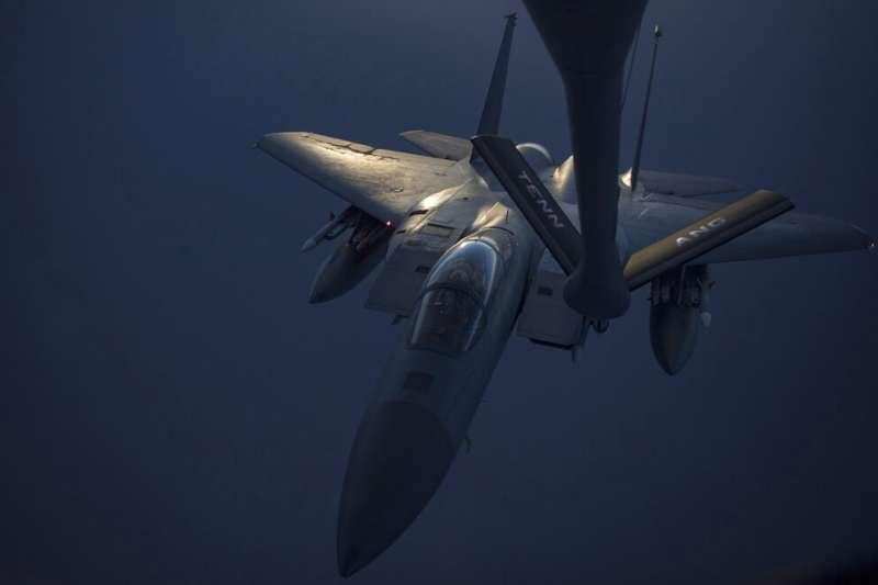 美伊衝突加劇之際,美軍5月12日釋出F-15C「鷹式」(F-15C Eagle)戰鬥機前往執行秘密任務的照片。(AP)
