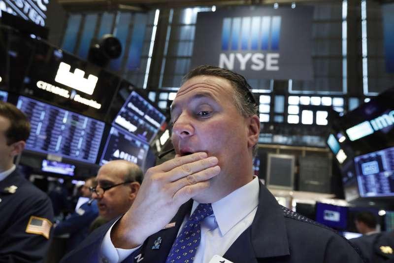中美貿易戰烽火再起導致股市暴跌,台灣受到衝擊大,因此不必太高興。(資料照片,AP)