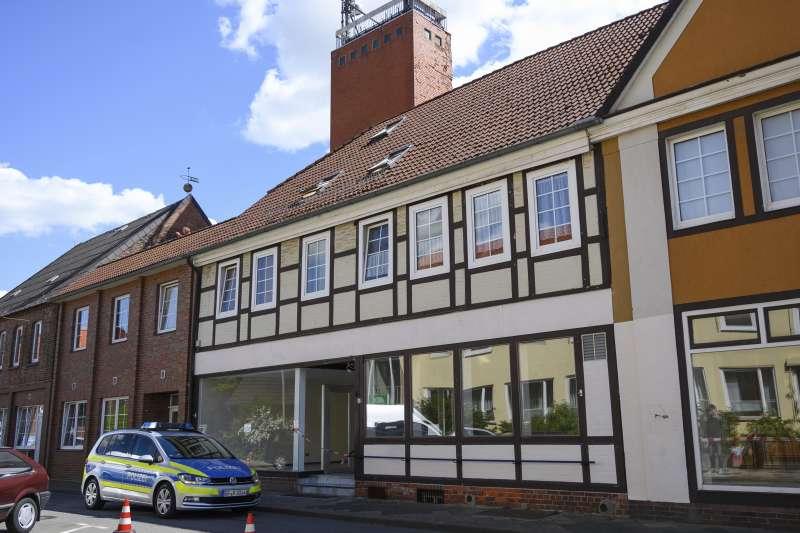 德國巴伐利亞旅館發生離奇命案,三人頭胸多處中箭,死於十字弓下(AP)