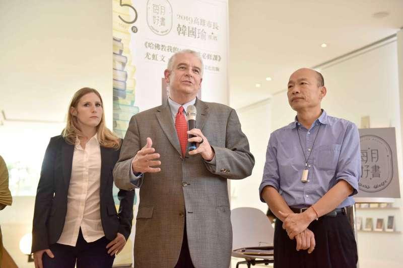 面對漫威爭議,高雄市長韓國瑜(右)和AAE執行長David Martin(中)14日出面說明。(高雄市政府提供)