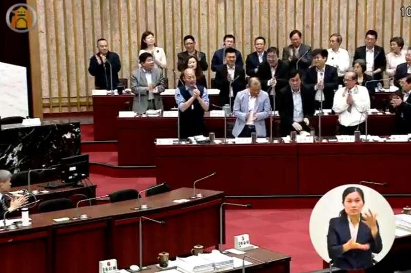 國民黨高雄市議員王義雄質詢時,要求所有局處首長起立為高雄市長韓國瑜鼓掌,讓官員們各個表情錯愕。(取自高雄市議會)