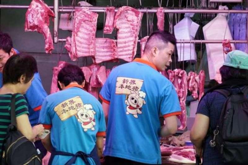香港灣仔一家肉店店員穿上「新界本地豬」制服招攬顧客。(BBC中文網)