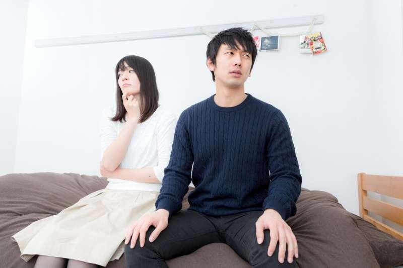 丈夫認為對父母言聽計從是孝順,也會要求妻子要融入他的大家庭;但為何他對妻子的父母總是躲避、冷漠呢?(示意圖非本人/pakutaso)