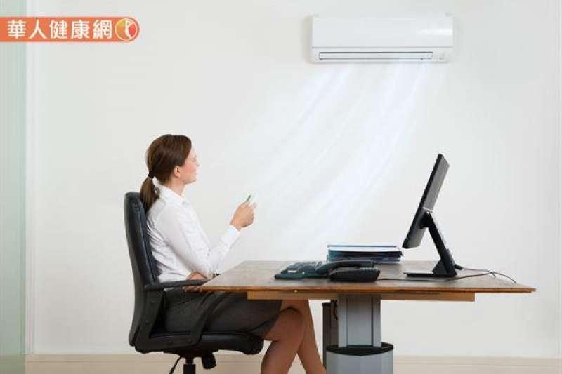 長期間頻繁進出冷氣房,在冷熱交替、急遽的溫差影響下,也容易使人體神經對於溫度變化的調節失常。 (圖/華人健康網提供)
