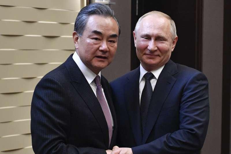 中國外長王毅與俄羅斯總統普京(AP)
