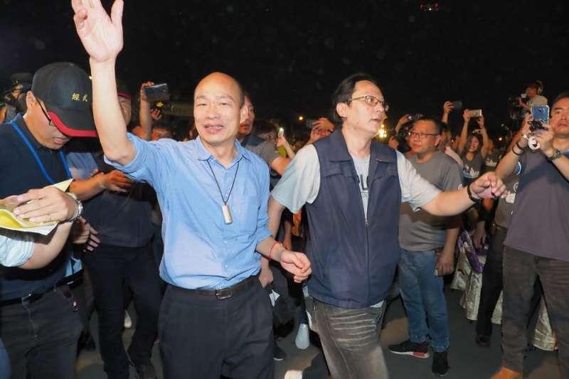 高雄市長韓國瑜(左)民調支持度近來呈下滑趨勢,前國民黨立委孫大千在臉書呼籲藍營停止內鬥,否則將讓台北市長柯文哲坐收漁翁之利。(資料照,林瑞慶攝)