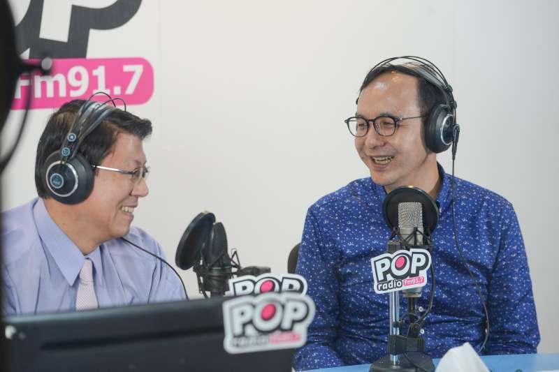 前新北市長朱立倫(右)今(15)日上午接受《POP搶先爆》廣播節目代班主持人、台南市議員謝龍介(左)專訪。 朱立倫表示,在檯面上目前可能對手中,他認為總統蔡英文最難打。(朱立倫辦公室提供)