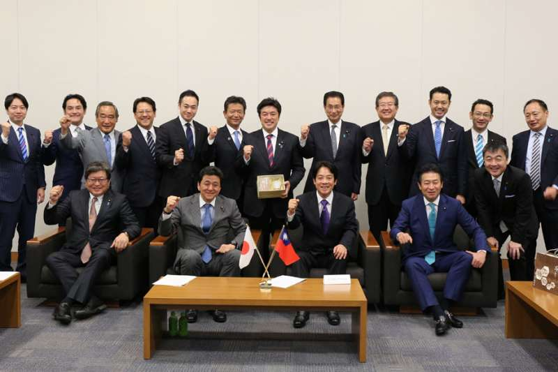 22位日本國會議員到場相挺「平民」賴清德(前排右二)訪日。(賴清德幕僚提供)