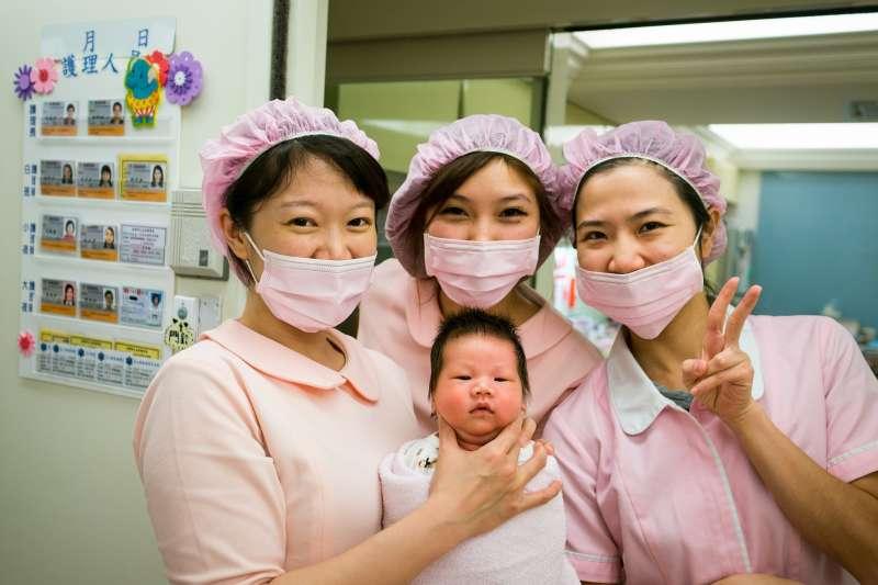 絕大部分醫院產科、嬰兒房的護士都身穿粉紅色的制服,因為粉紅色能讓嬰兒感受到像家的溫暖,也有穩定情緒的功能。(圖/Wetmount@Pixabay)