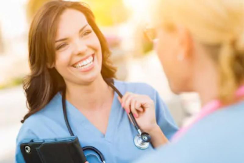 在老年人居多的特別病房,護士通常會身穿淺藍色的制服,透過視覺的傳輸,讓老年病患感受到親切感,除了能消除焦慮的情緒,也能帶給患者不少正能量。(資料照,取自Pixabay)