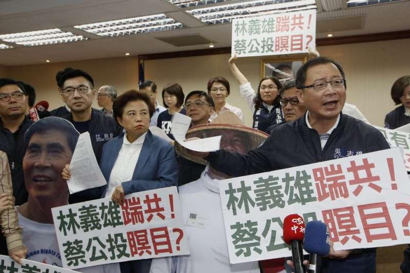 《公投法》在立法院排審,遭在野黨大動作杯葛,抗議民進黨限縮連署方式。(郭晉瑋攝)