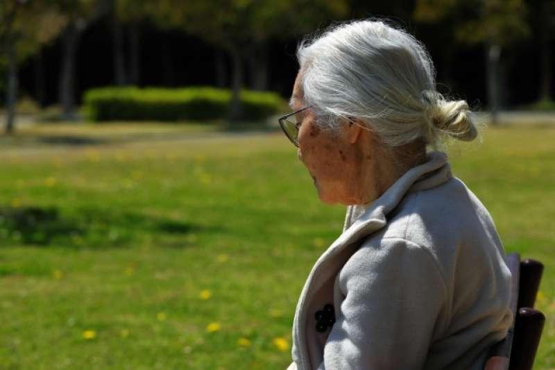 「老化」代表不斷地「失去」,要消化失去的感受是不容易的,我們都在老化這條路上,父母只是走在我們前面而已。(圖@photoAC)