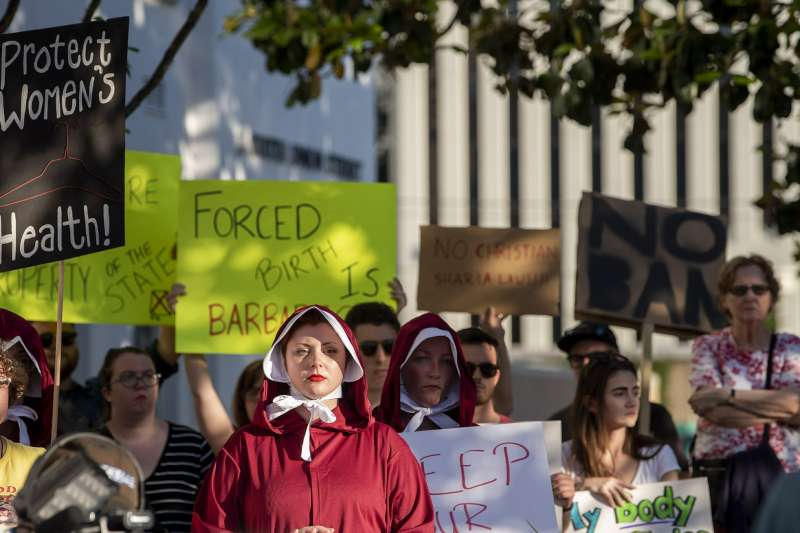美國阿拉巴馬州14日通過一項全美最嚴苛的墮胎禁令,幾乎全面禁止女性墮胎,無論女性是否未成年,是否遭強暴或亂倫都必須生下小孩,圖為抗議立法的民眾。(AP)