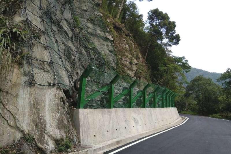 烏來區福山里卡拉莫基道路(約0.6公里處) 前遭大雨影響造成道路邊坡崩塌,為維護人車通行安全,新北市積極趕工,已於15日如期完工。  (圖/新北市農業局提供)