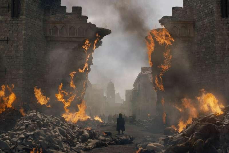 《冰與火之歌:權力遊戲》來到全劇倒數第二集,龍母丹妮莉絲出現黑暗轉折。(美聯社)