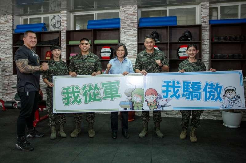 總統蔡英文和館長聽取陸戰隊員新式個裝說明。(總統府提供)