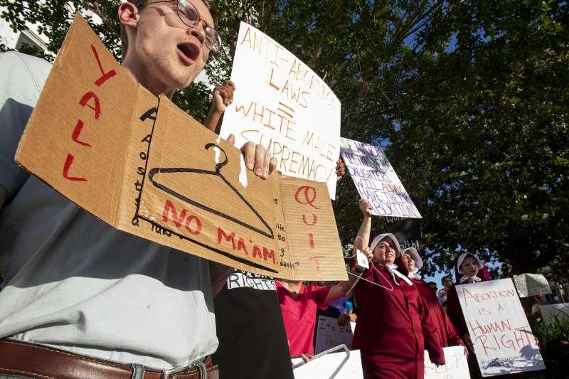 美國阿拉巴馬州14日通過一項全美最嚴苛的墮胎禁令,幾乎全面禁止女性墮胎,無論女性是否未成年,是否遭強暴或亂倫都必須生下小孩。(AP)