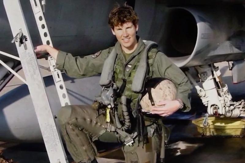 Amy原是美國海軍陸戰隊戰鬥轟炸機飛行員,飛了89次的戰鬥任務(Combat Mission),還有三個剛會走路及剛上幼稚園的小孩。(圖/  MAKERS@youtube)