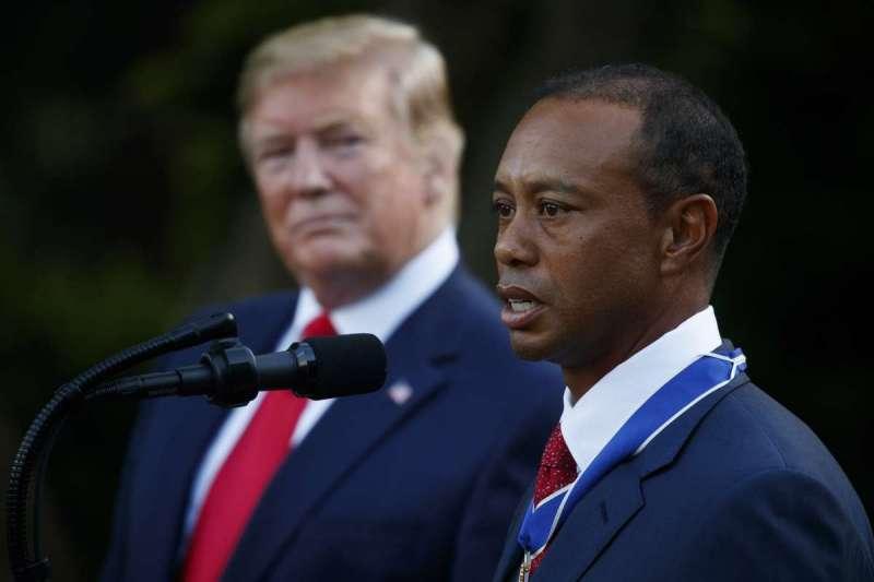 老虎伍茲(右)獲川普(左)頒授總統自由勳章。(美聯社)