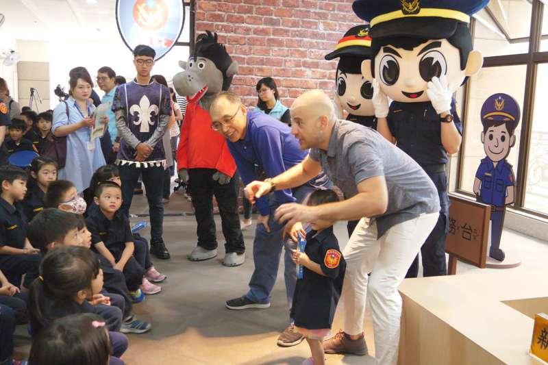 「新板村派出所-小小波麗日記」體驗活動由副市長謝政達與藝人吳鳳和3歲女兒一同參與各項遊戲關卡。(圖/新北市警察局提供)