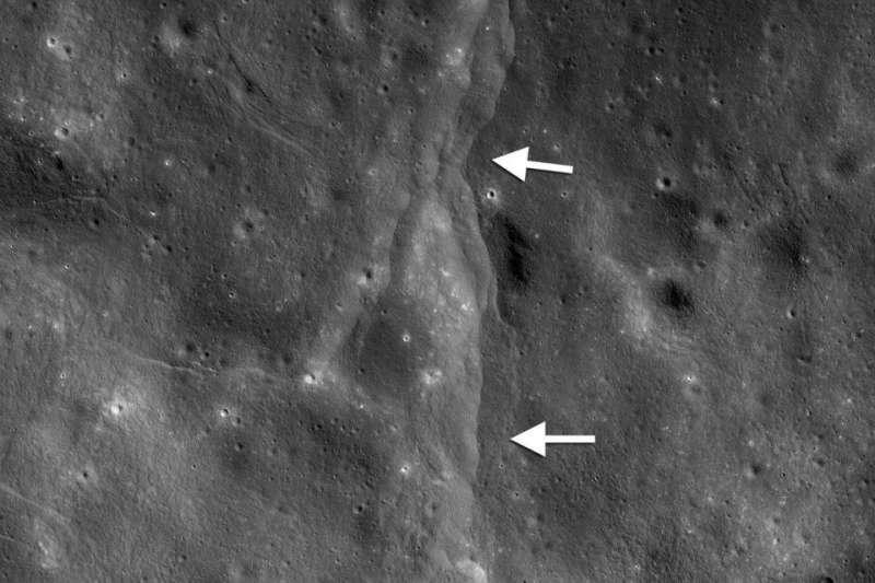 月球構造活動過程逐漸導致表面出現皺褶,由於月球外殼脆弱易碎,這些力量會導致表面在內部收縮時破裂,形成所謂的逆斷層。(圖取自NASA網頁)