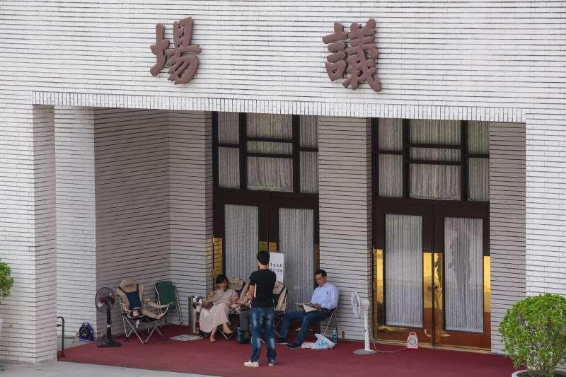 20190516-民進黨立委邱議瑩、鄭運鵬16日於立院議場門口排隊。(顏麟宇攝)