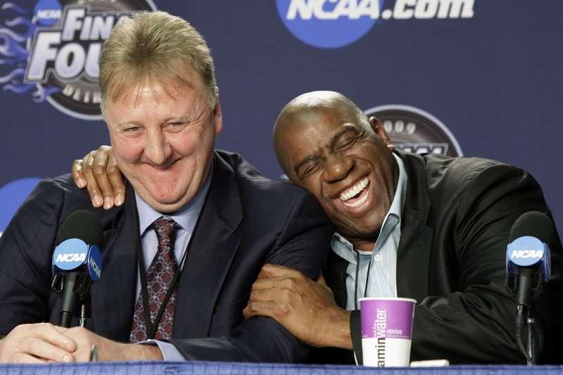 大鳥柏德與魔術強森獲的NBA終身成就獎。 (美聯社)