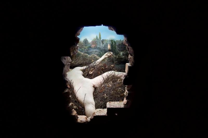20190516-由杜象(Marcel Duchamp)的《Étant donnés》木門往內窺看的景觀。 藏於費城美術館。(林意凡提供)