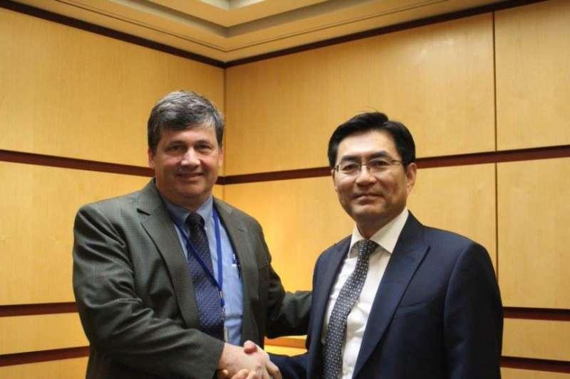 時任美國國務院韓國代理副助卿馬克・蘭伯特(圖左)2018年5月8日與韓國朝核事務官員會面。(美國國務院東亞事務局臉書)