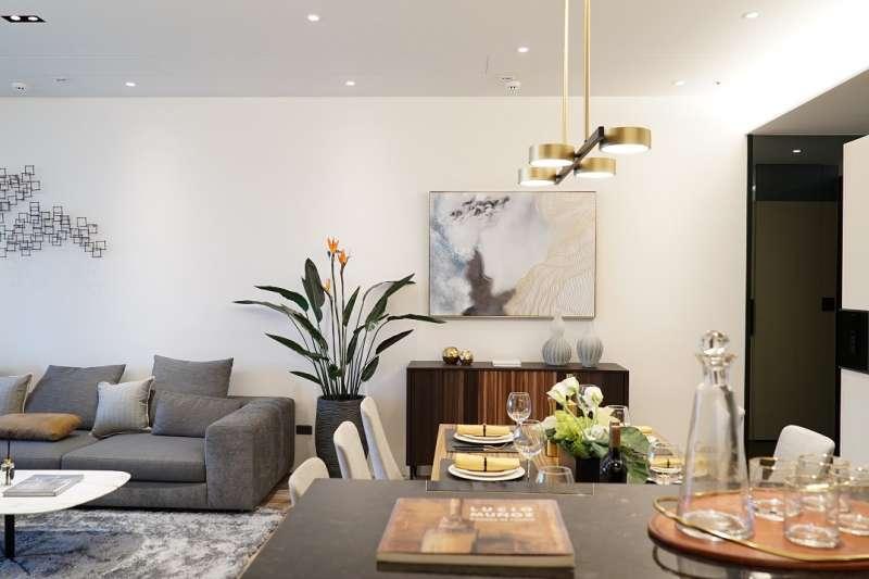 透過輕淺明亮的色調,鋪陳簡約的居家氛圍,清爽又不失暖度。(久泰皇品提供)