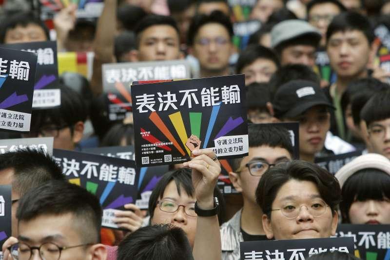 2019年5月17日,立法院表決《司法院釋字第748號解釋施行法》,讓台灣成為亞洲第一個讓同性伴侶合法結婚的國家(AP)